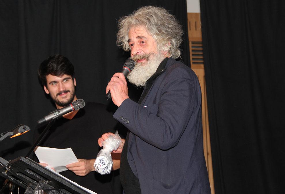 Im Anschluss an das Gedicht verleiht Wolfgang Blaschka symbolische Orden an aktive isw'ler