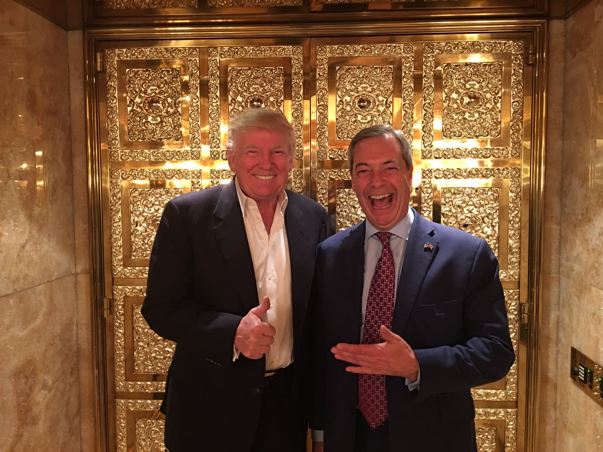 Vier Tage nach Trumps Wahlsieg im vergangenen November trafen sich er und Nigel  Farage von UKIP, der Rechten Großbritanniens.   2016 wikipedia.org, Nigel_Farage https://en.wikipedia.org/wiki/File:Nigel_Farage_after_Trump_Victory.jpg#/media/File:Nigel_Farage_after_Trump_Victory.jpg | CC BY-SA 4.0